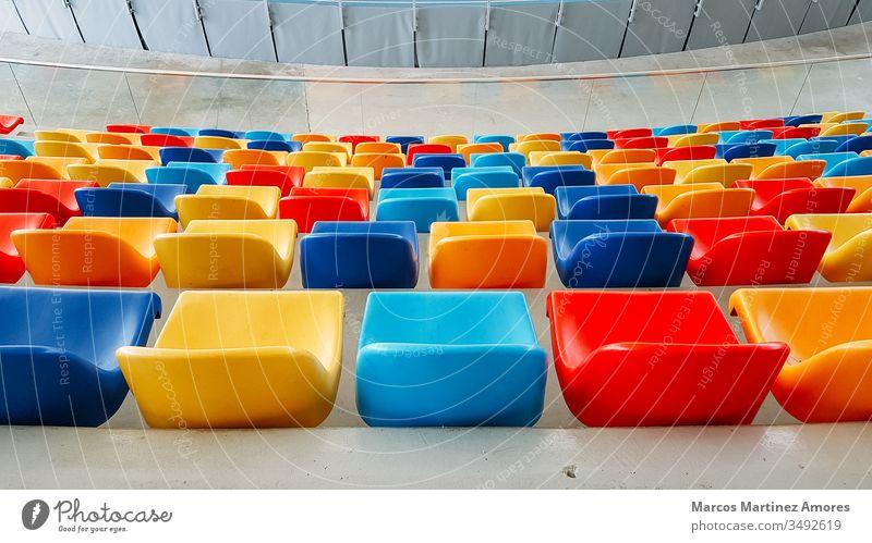 mehrfarbige Sitze , mehrfarbige Sitze,Bunte Bestuhlung Zuschauerin Sitzen Präsentation leer Tagung Stadion Sitzung Sammeln Öffentlich Stuhllehne im Innenbereich