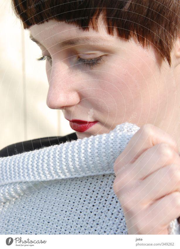 rote Lippen feminin Junge Frau Jugendliche Erwachsene Strickjacke kurzhaarig ästhetisch elegant schön Erotik Dekadenz unschuldig Anmut Scham verführerisch
