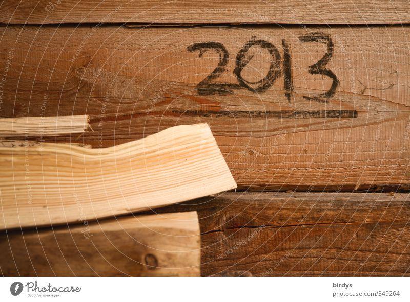 Transformationsjahr Mauer Wand Holzwand Jahreszahl 2013 ästhetisch einfach Originalität Wärme braun Brennholz Handschrift Farbfoto Gedeckte Farben Außenaufnahme