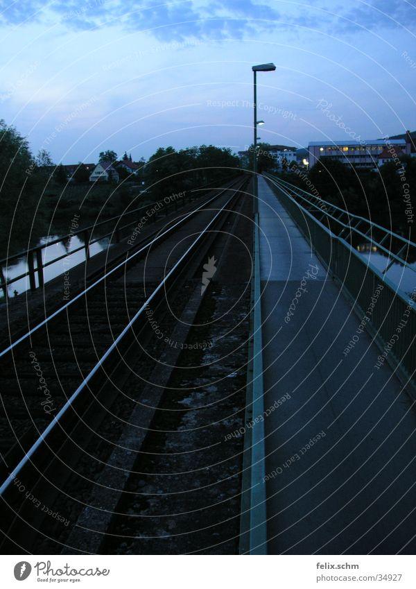 Zweigleisig Wasser Horizont Eisenbahn Brücke Fluss Gleise Laterne Bürgersteig Geländer Straßenbeleuchtung parallel Abendsonne Abzweigung nebeneinander