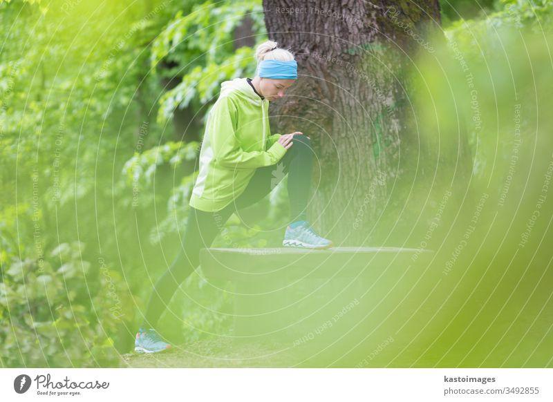 Sportliche Frau bei der Arbeit im Wald. Training Übung aktiv Mädchen strecken im Freien passen Natur Aktivität jung Person Lifestyle sportlich Erholung