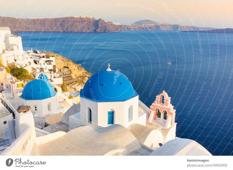 Dorf Oia auf der Insel Santorin, Griechenland. Kirche reisen Architektur ägäisch Sommer Tourismus MEER Gebäude Landschaft Stadt Urlaub Dom blau Kykladen Caldera