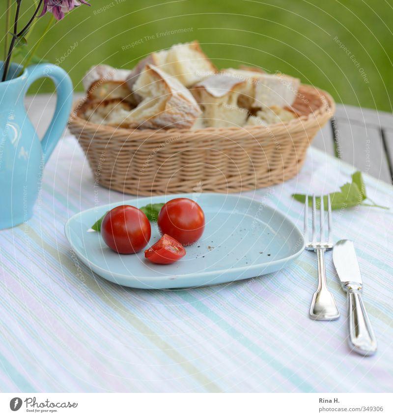 Magerkost II Gemüse Brot Tomate Ernährung Vegetarische Ernährung Teller Messer Gabel Blume Garten Wiese Vase Gesundheit hell lecker blau Farbfoto Außenaufnahme