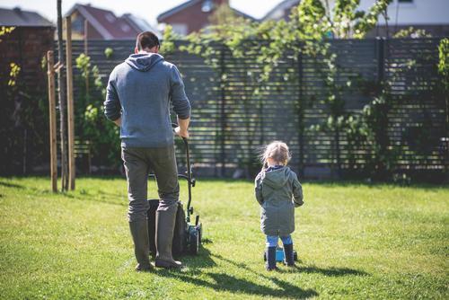 Familie - Vater und Tochter mähen im Garten den Rasen Kind Kindheit Mann Mädchen rasenmähen Rasenmäher Gartenarbeit Textfreiraum rechts niedlich harmonisch
