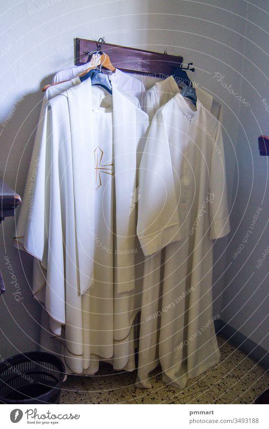Kleidung und Gewänder des Priesters für die heilige Messe Bruder priesterlich Sakristei Jesus Mann liturgisch Gebet symbolisch mittelalterlich amice Laborkittel