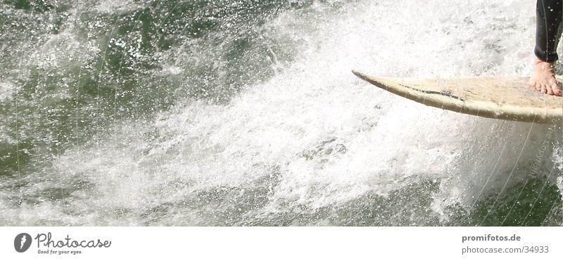 Detailaufnahme: Fuß auf Surfbrett. Fotograf: Alexander Hauk Surfer Wellen Gischt Sport Wasser wellenreiter wellenreiten