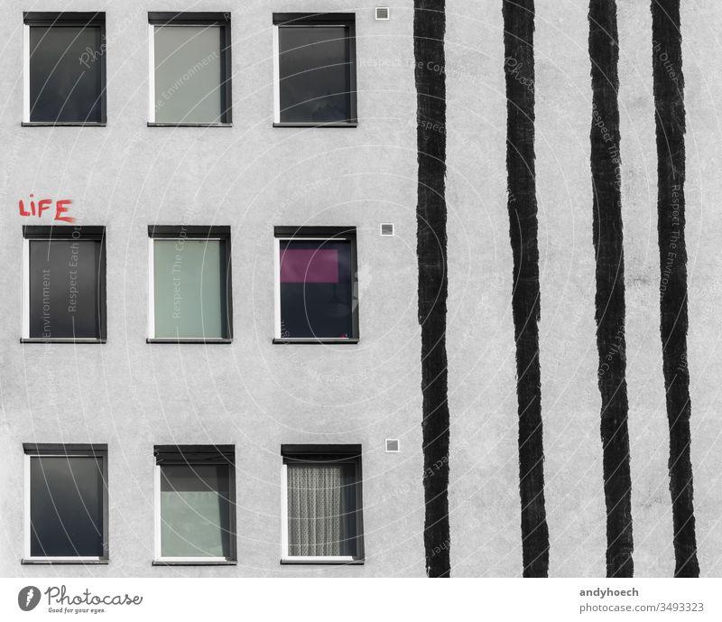 Der rote Schriftzug über dem Fenster des Hauses abstrakt Architektur Hintergrund Berlin schwarz Gebäude Gebäudeaußenseite gebaute Struktur Großstadt Tag Design