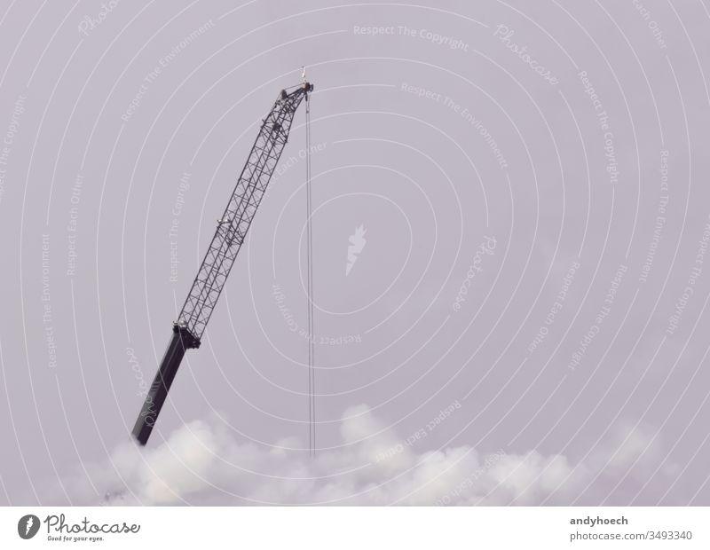 Der Kran arbeitet an einem grauen Tag Säure Air Großstadt Cloud Bauindustrie Baustelle Textfreiraum Deckung Kranich Schaden Beschädigte Gefahr Entwicklung