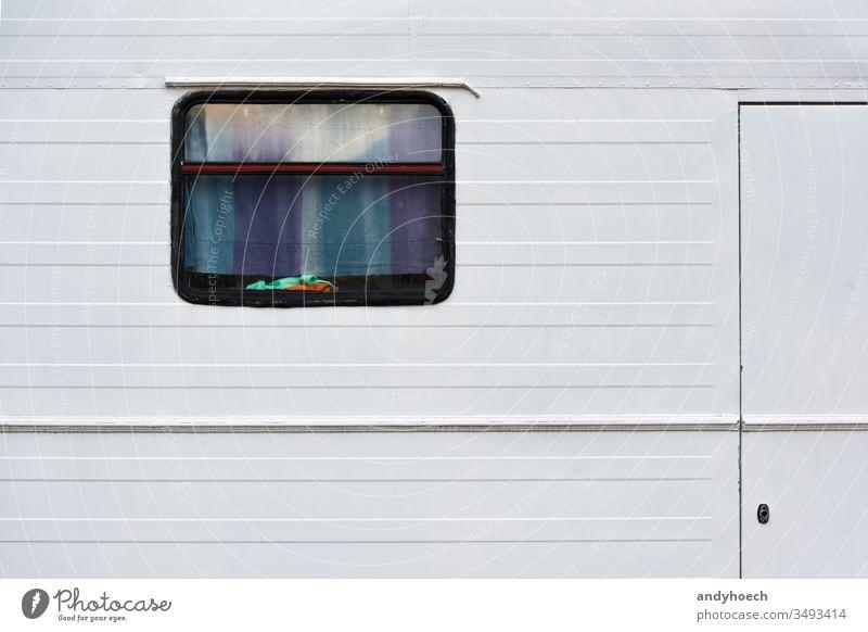 Mit dem alten Wohnmobil um die Welt Abenteuer Auto Hintergrund Lager PKW Wohnwagen zugeklappt farbenfroh Textfreiraum Gardine Design Ausflugsziel Tür Eingang