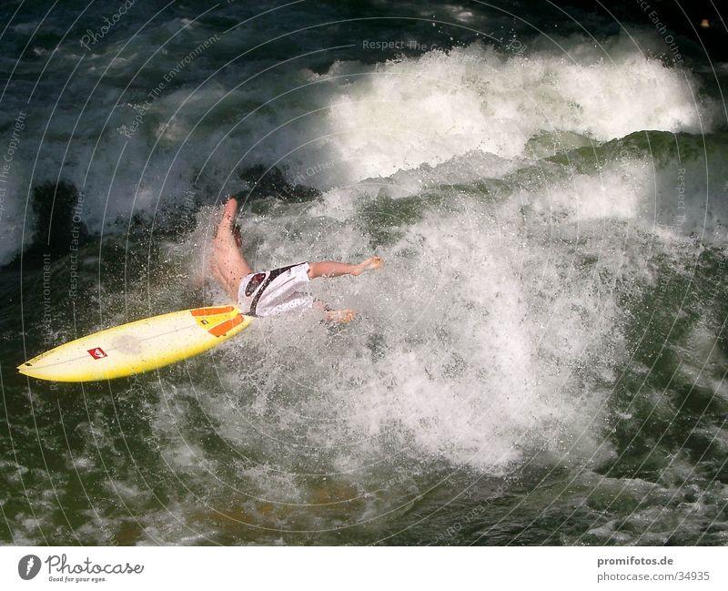 Wellenreiter stürzt ins Wasser Sport Wellen Sturz Surfer Gischt Surfbrett