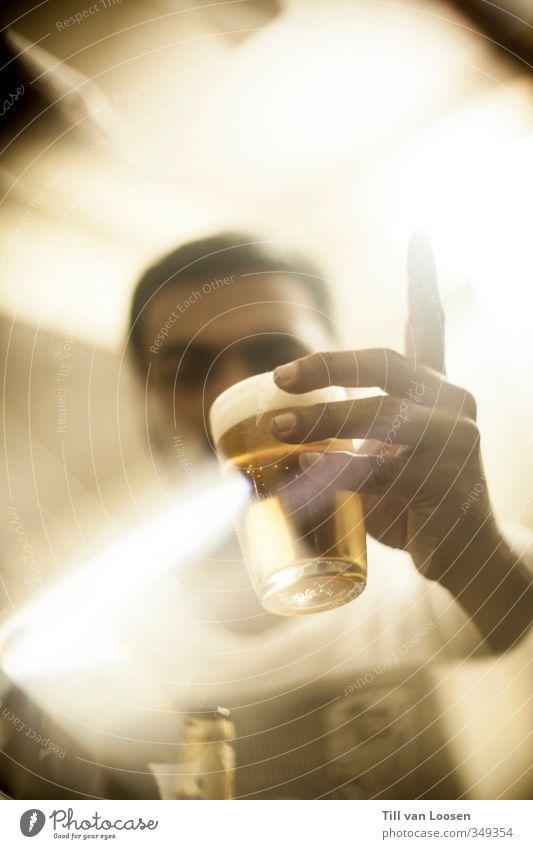 Prost, Junge! Mensch Jugendliche weiß Hand Erwachsene gelb 18-30 Jahre Kunst Lebensmittel maskulin gold Glas Lifestyle leuchten Getränk Ernährung