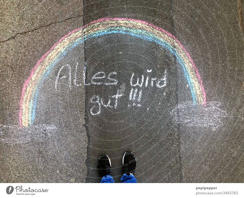 """Straßenmalerei, Regenbogen mit der Aufschrift """"Alles wird gut"""" Strassenmalerei Farbfoto Außenaufnahme Asphalt Kreide mehrfarbig bunt Schuhe alles wird gut Fuß"""