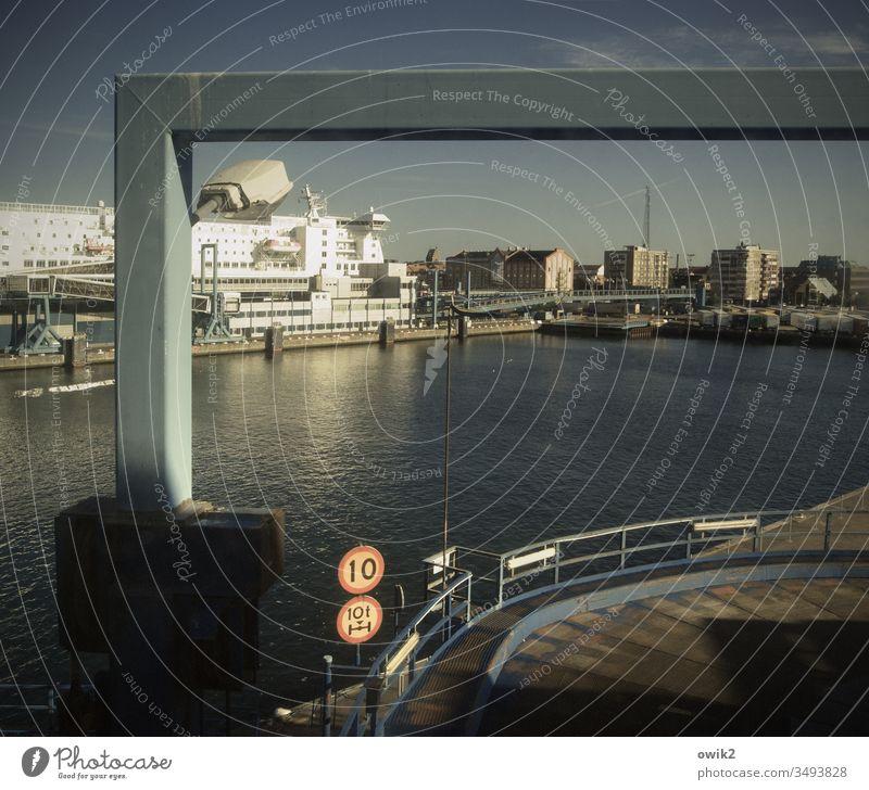 Schritt fahren Fähre Terminal Schiff maritim Schweden Schwedenfähre Wasser Himmel Wolkenloser Himmel Sonnenlicht angeleuchtet leuchtend Häuser Stadt Großstadt