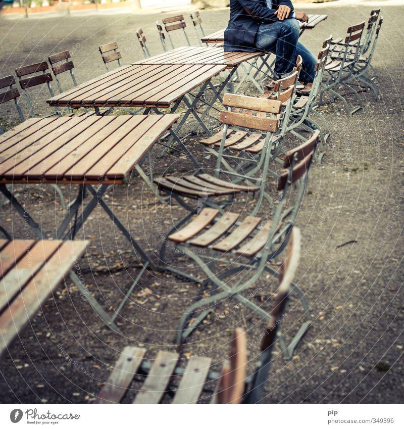 chairman Stuhl Tisch Biertische Klappstuhl Gartenstuhl Biergarten Junger Mann Jugendliche Erwachsene Arme Hand Beine 1 Mensch sitzen Coolness blau braun einzeln