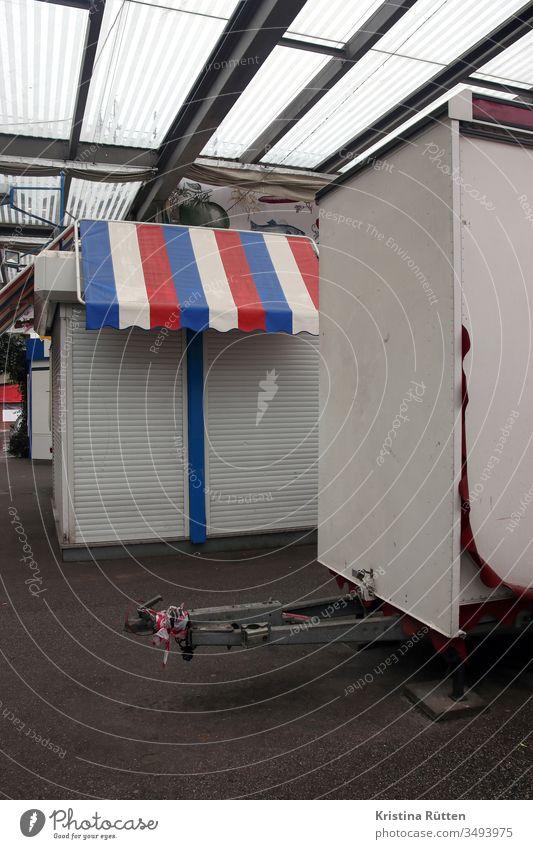 geschlossene marktstände marktstand marktbuden marktplatz zu schließung rollladen rolladen rollläden rolläden markise rot weiß blau trikolore französisch