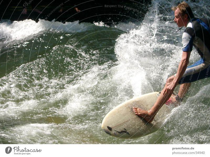 Surfer. Fotograf: Alexander Hauk Wellen Gischt Surfbrett Sport Wasser wasserspritzer
