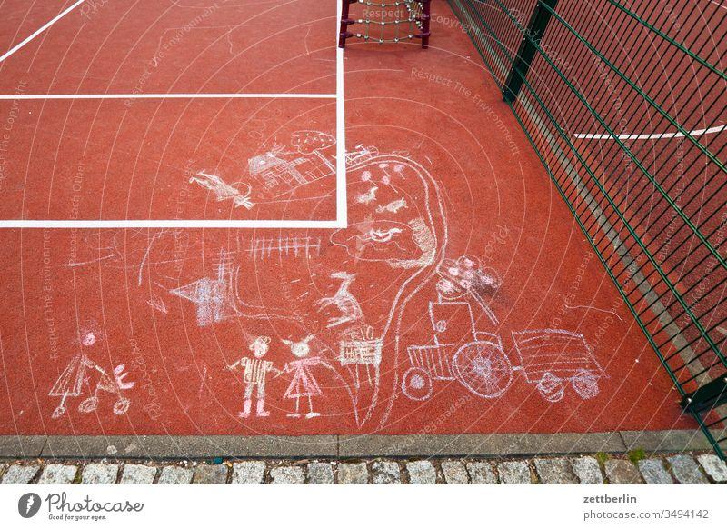 Pflastermalerei auf dem Bolzplatz illustration kinderbild kinderzeichnung kreide pflastermalerei spiel spielfeld spielfeldmarkierung spielplatz tartan sport