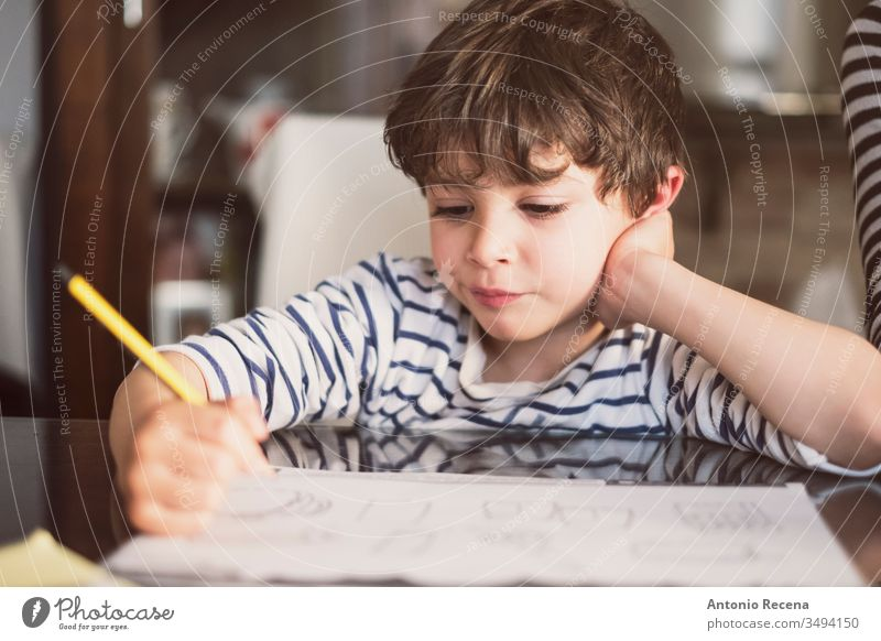 4 Jahre alt, macht Hausaufgaben zu Hause Junge Kind heimwärts Bildung Säugling Mathematik schreibend Ergänzung Subtraktion 4s Kindheit Sitzen aktiv Aktivität