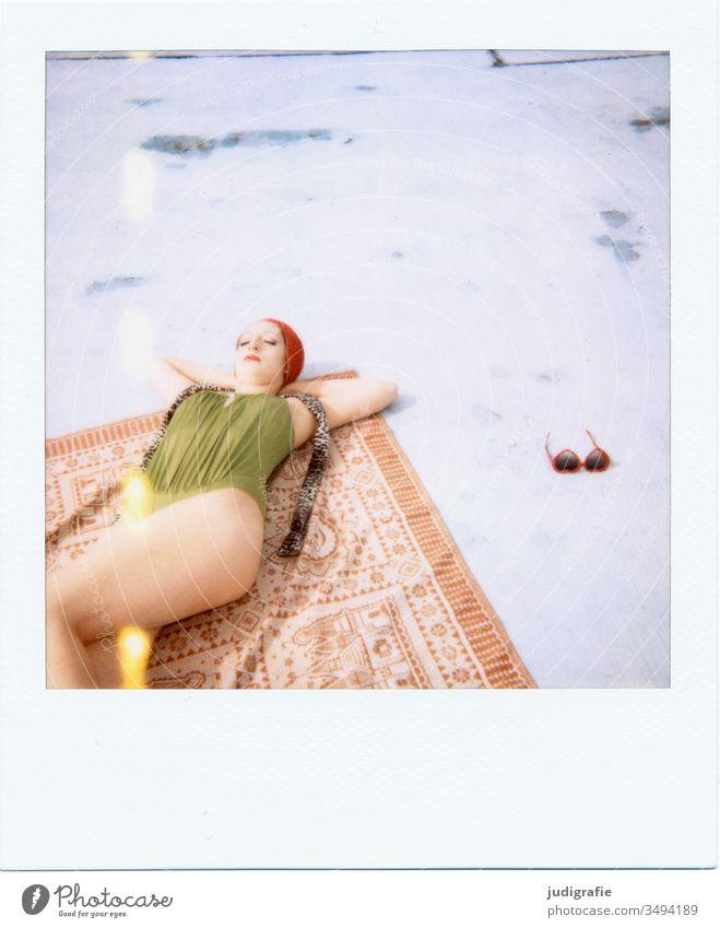 Das Mädchen mit der schönen roten Badekappe und grünem Badeanzug sonnt sich. Eine Sommerliebe. Frau Badebekleidung Badehaube Haut jung Schönes Wetter