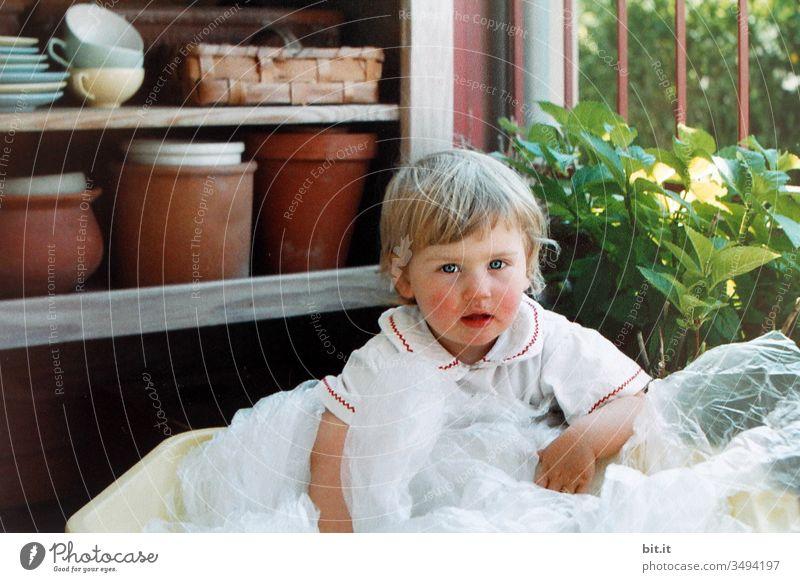 Spiel nicht mit dem Plastik, Kinder... Plastiktüte Mädchen Balkon Hortensie Sommer Garten Natur Pflanze Kindheit Freude Glück Lächeln natürlich Kleinkind