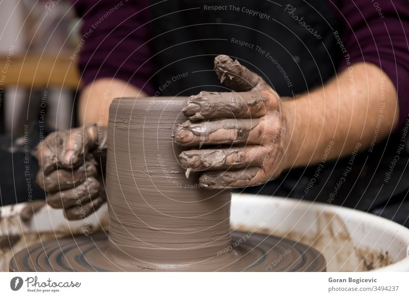 Künstler stellt Tongefäße auf einer Drehscheibe her Kunst Schalen & Schüsseln Keramik Handwerk erschaffend Schaffung kreativ Kreativität dreckig Finger Formular