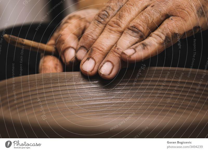 Detail aus der Töpferwerkstatt Töpferwaren Kunst Herstellung handgefertigt Fähigkeit Arbeit Werkstatt Rad nass traditionell Formular Handwerk Schaffung Keramik