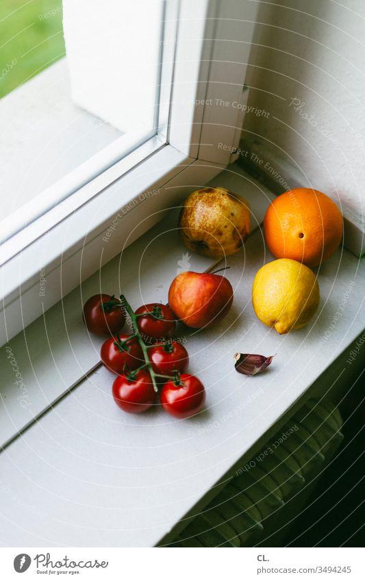 obst auf fensterbank Obst Zitrone Apfel orange Tomate gesund lecker Essen Vitamine Fenster Fensterbank Gesundheit Lebensmittel Ernährung natürlich