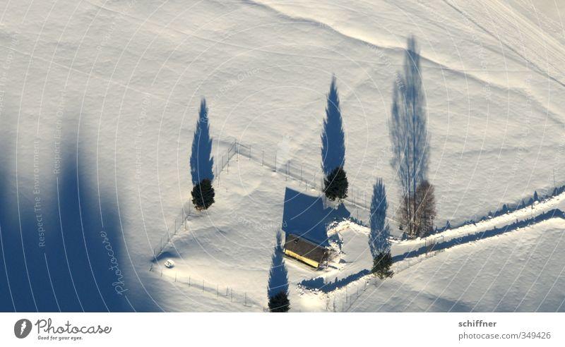 Schattendasein II Natur Baum Landschaft Haus Winter kalt Umwelt Berge u. Gebirge Schnee Wege & Pfade Eis Schönes Wetter Frost Bauernhof Schneelandschaft