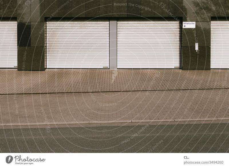 garagen Garage Garagentor Stellplatz Straße Parkplatz trist grau Rolltor Rollladen Wege & Pfade Tor geschlossen