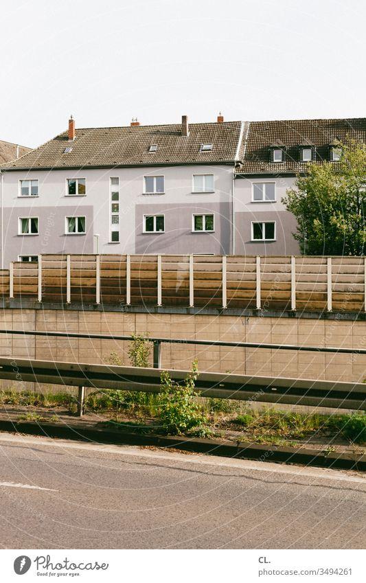 schallschutz Schallschutz Schallschutzmauer Schallschutzwand Häuser Haus Stadt Wand Straße Straßenverkehr Lärmbelastung lärmschutzwand Verkehr Verkehrswege