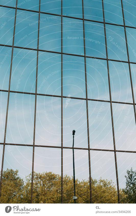 spiegelfassade Fassade Spiegel Architektur Präzision Genauigkeit Linien Straßenlaterne Gebäude Stadt Strukturen & Formen ästhetisch abstrakt Tag Himmel