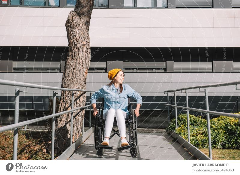 Behindertes, lachendes Mädchen im Rollstuhl Fröhlichkeit jung Frau Lachen deaktivieren lässig Lifestyle Mobilität Zugänglichkeit Hoffnung Accessoire Aktivität