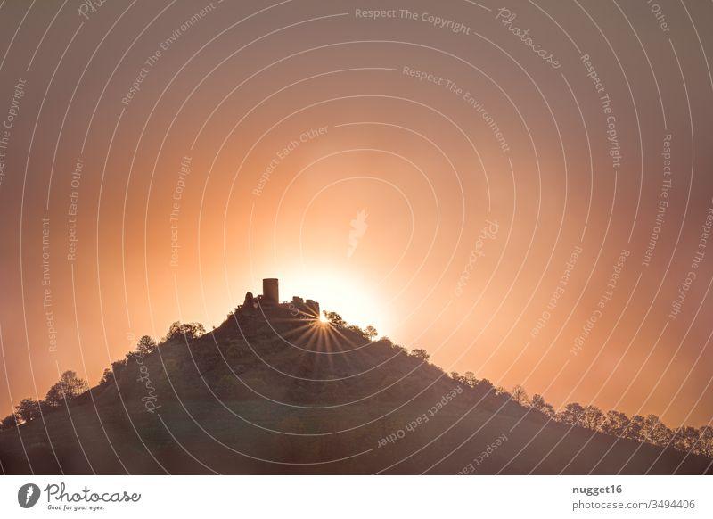 Burgruine im Sonnenaufgang Burg oder Schloss Burgturm Ruine Außenaufnahme Farbfoto Menschenleer Tag alt historisch Sehenswürdigkeit Textfreiraum oben Himmel