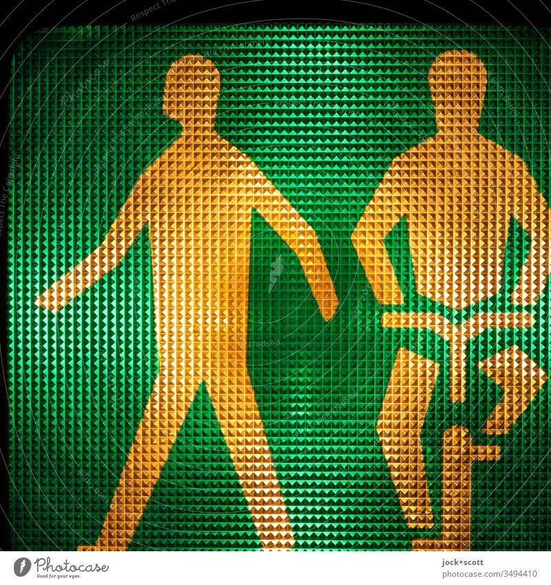 Fußgänger und Radfahrer starten bei grün Symbole & Metaphern Fahrradfahrer 2 Oberflächenstruktur Gegenlicht Hintergrundbeleuchtung Regel Detailaufnahme Design