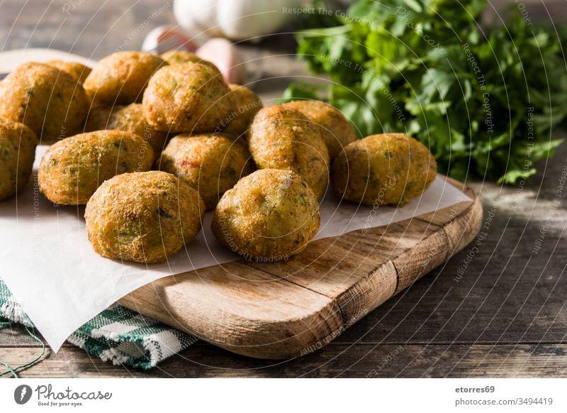 Traditionelle Kabeljaukrapfen mit Knoblauch und Petersilie accras de morue bacalao Bälle buñuelos Dorsch Kabeljau-Kuchen Krokette ausschneiden Speise Fisch
