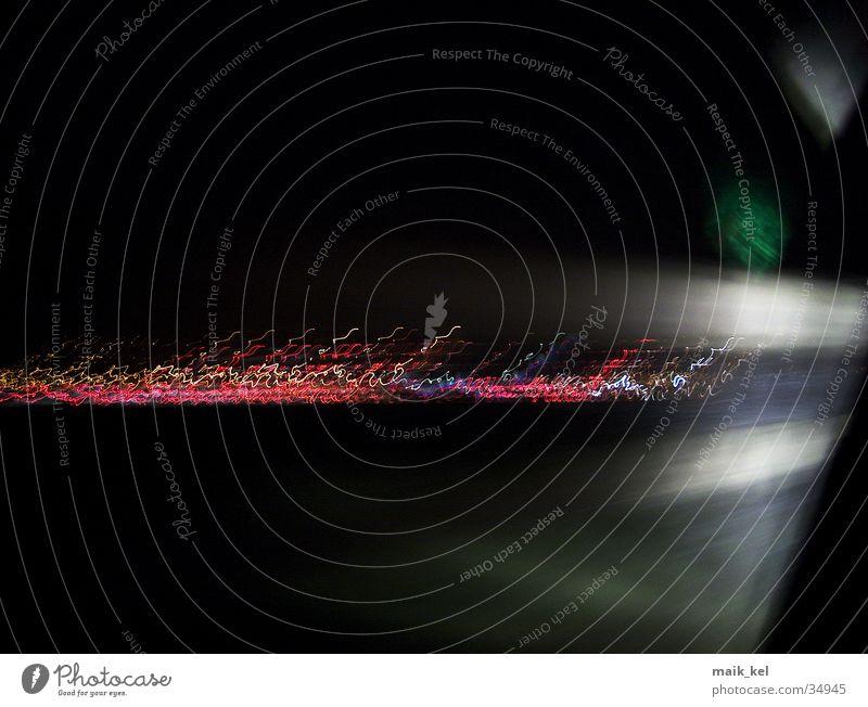 Verwackelte Nachtaufnahme dunkel Linie