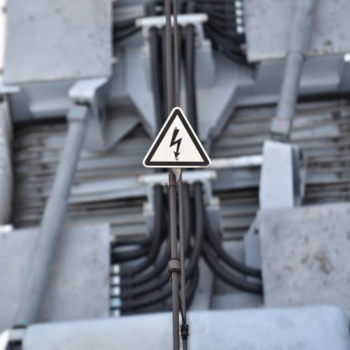 Achtung Hochspannung Hochspannungsleitung Warnhinweis Straßenbahn Kabel Elektrizität Leitung Energie Draht elektronisch Warnschild Technik & Technologie Kraft