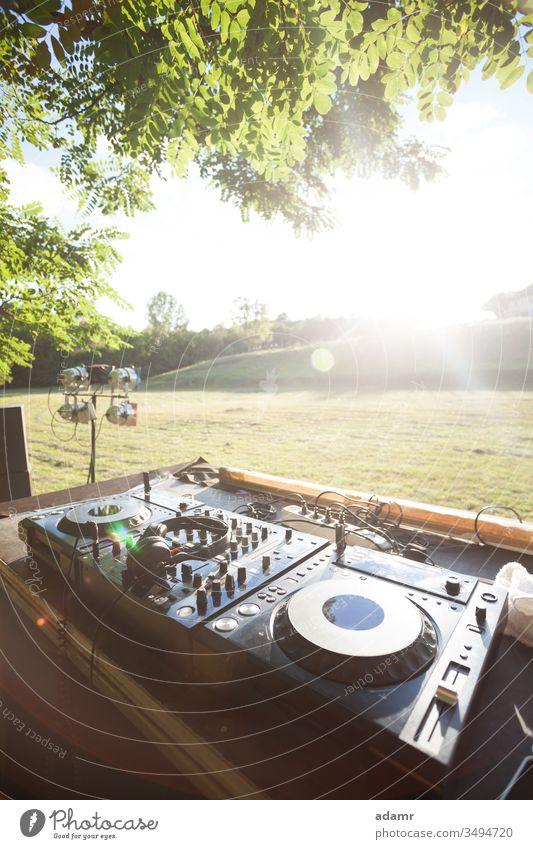 Party in der Natur - Sonnenuntergangsdiskothek auf freiem Feld Sommer Feier Schauplatz zeigen Urlaub Feiertag Musik dj Gerät Tanzen Disco glühen Baum reisen