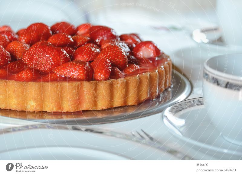 Erdbeerkuchen weiß rot Feste & Feiern hell Lebensmittel Frucht Geburtstag Ernährung Getränk süß Kaffee Appetit & Hunger lecker Geschirr Kuchen Teller
