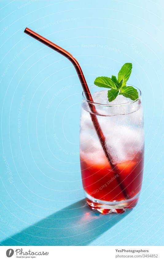 Sommergetränk mit Erdbeersirup und Mineralwasser Getränk blau hell Nahaufnahme Cocktail Erfrischungsgetränk farbenfroh Textfreiraum kristallklar lecker Entzug