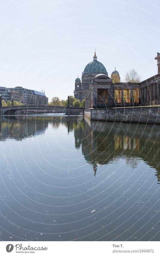 Spree Berlin Museum Dom Hauptstadt Außenaufnahme Farbfoto Menschenleer Stadtzentrum Sehenswürdigkeit Architektur Fluss Gebäude Tourismus Bauwerk Denkmal