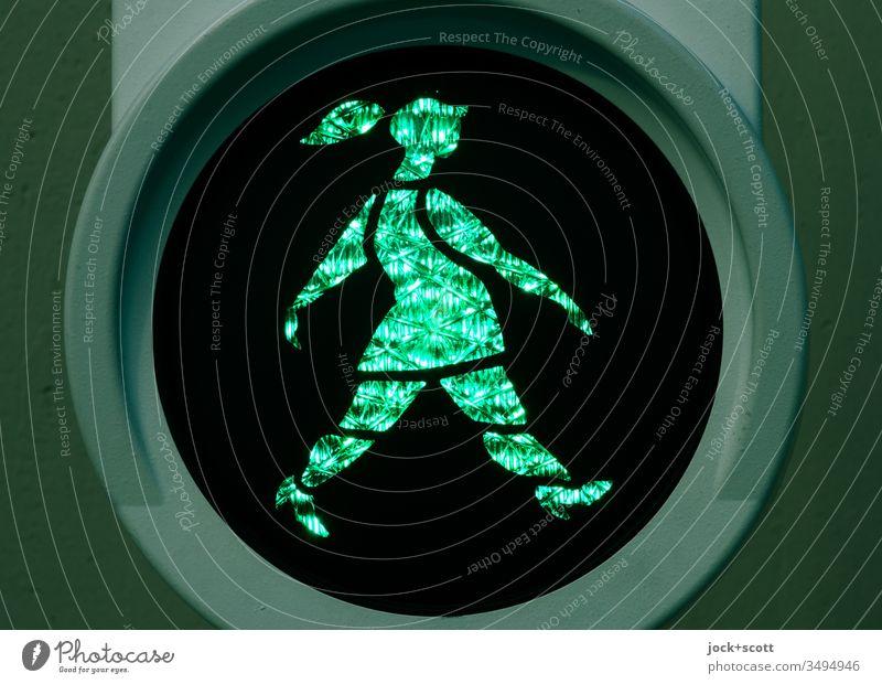 Niederländerin geht schwungvoll bei grün Fußgängerampel ampelmännchen Gegenlicht visuell Design Symbole & Metaphern Lichterscheinung Silhouette Kunstlicht