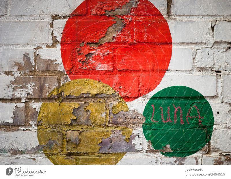 Dreiklang / Luna und die bunten Kreise Mauer Baustein Schriftzeichen Zeichen kreisen alt Fröhlichkeit Kreativität Inspiration abgeplatzt Kreide Straßenkunst