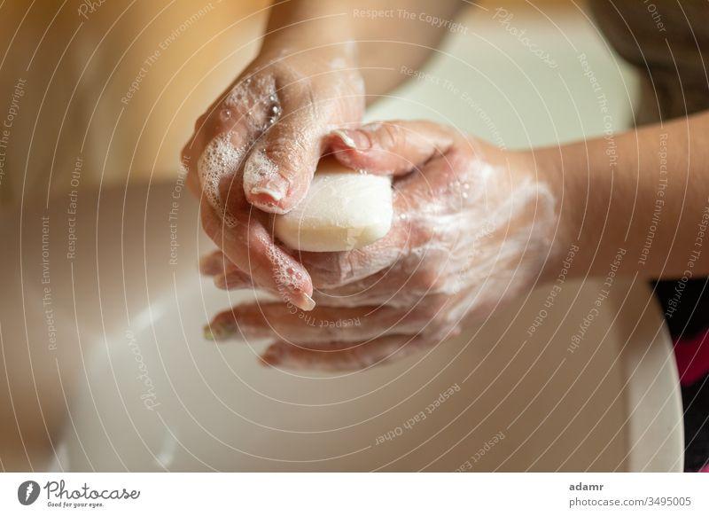 Händewaschen mit Seife gegen Viren, Bakterien, Grippe oder Ifulenza, Sauberkeit Hand Wasser Waschen Wäsche waschen weiß Hygiene nass schäumen Gesundheit Pflege