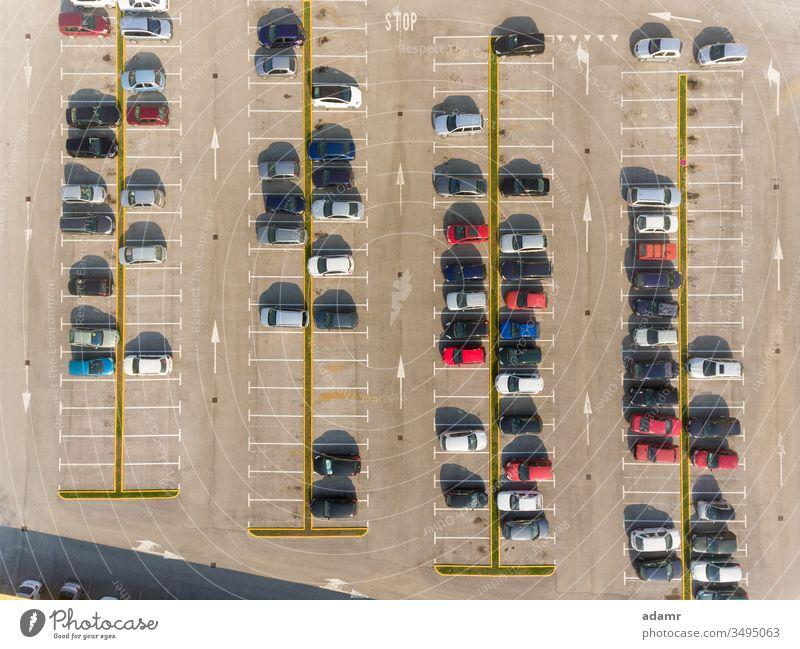 Autos auf dem Parkplatz PKW Fahrzeug Reihe Los Asphalt Verkehr Straße Ansicht Automobil Garage urban parken Transport Öffentlich Hintergrund Linie niemand