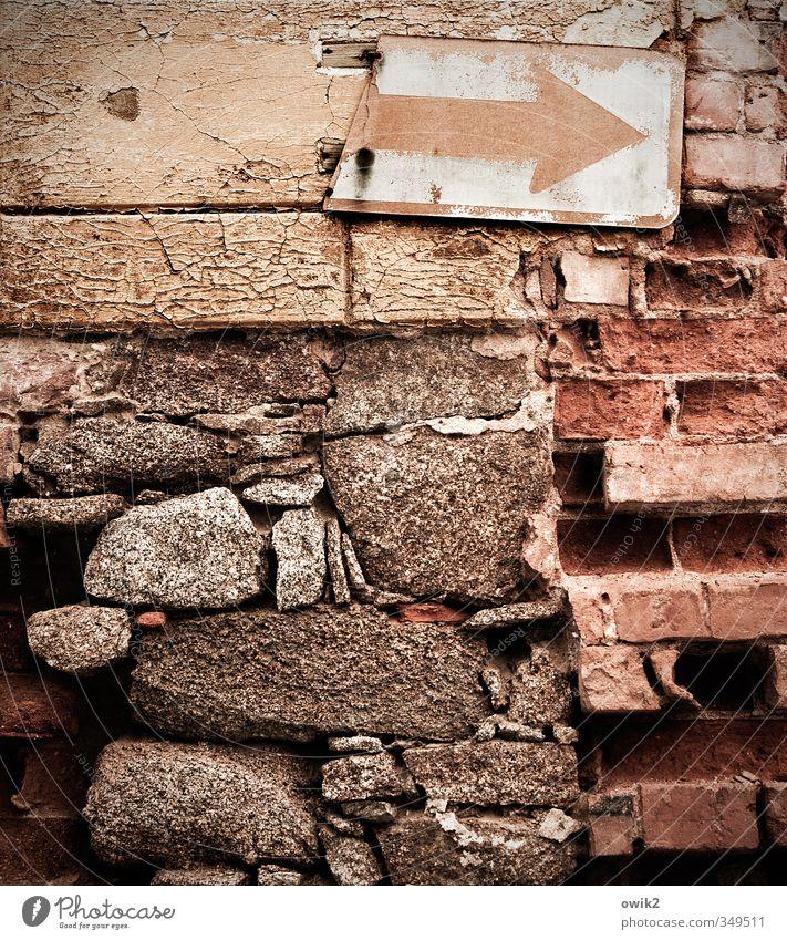 Deko 8   Einbahnstraße alt Haus Wand Mauer Gebäude Stein Metall Fassade Verkehr Hinweisschild kaputt Vergänglichkeit Zeichen Textfreiraum Spuren verfallen