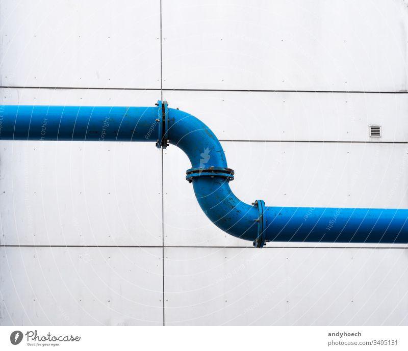 Eine Wasserleitung durch die Stadt vor einer schlichten Fassade Architektur Hintergrund blau Gebäude Gebäudeaußenseite gebaute Struktur verbunden verbindend