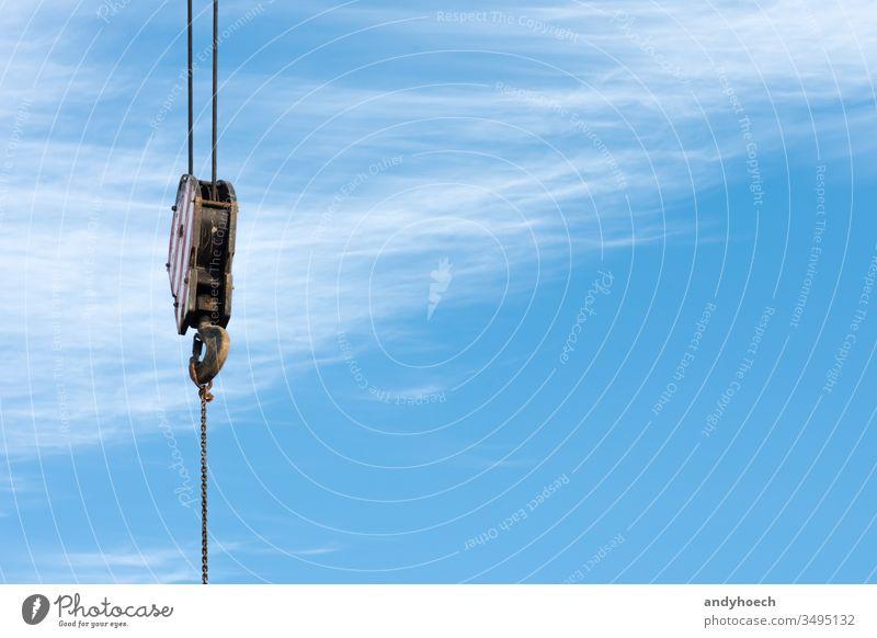 Ein Kranhaken mit blauem Himmel als Hintergrund bei der Arbeit Bauindustrie gebaute Struktur Kabel Cloud Wolken wolkig verbindend Konstruktion Baumaschinen