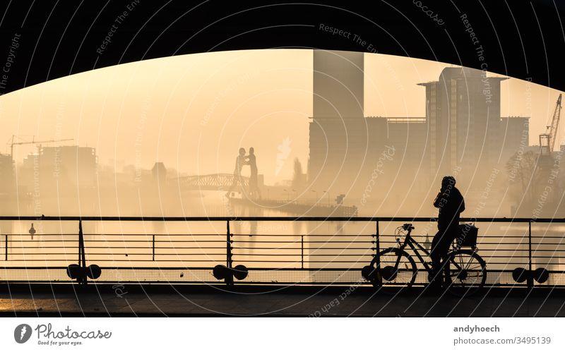 Der Bogen der Oberbaumbruecke In Berlin friedrichshain mit einem Radfahrer Aktivität Architektur schön Fahrrad Brücke Gebäude Hauptstädte Großstadt Stadtbild