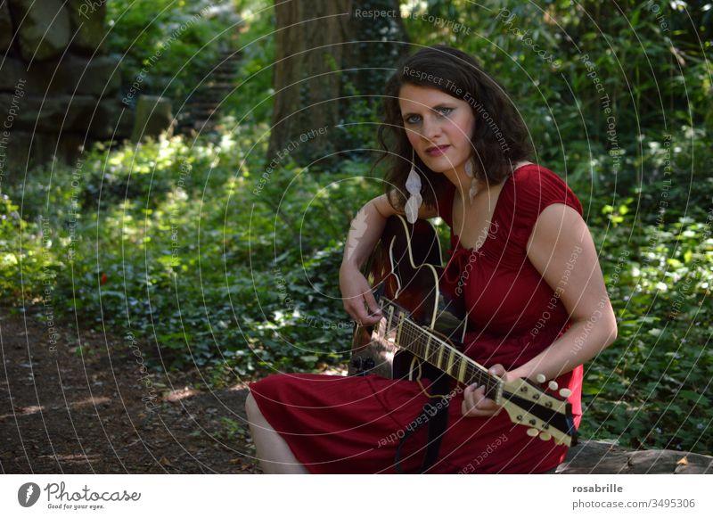 Gitarrenspielerin im Wald | Geräusch Musik Musikant Musikantin Musikerin spielen draußen Natur Freizeitbeschäftigung Spaß Lied Lieder rot grün Anbetung Lobpreis
